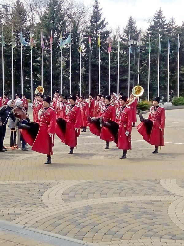 Караульная группа движется к памятнику Екатерины II